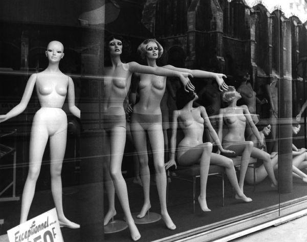Mannequins dans une vitrine, Serge de Sazo